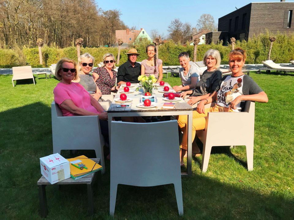 Gisela Wroblewski mit Fastengruppe beim Fastenbrechen im Hotelgarten des Bio-Hotel Carpe Diem in Prerow