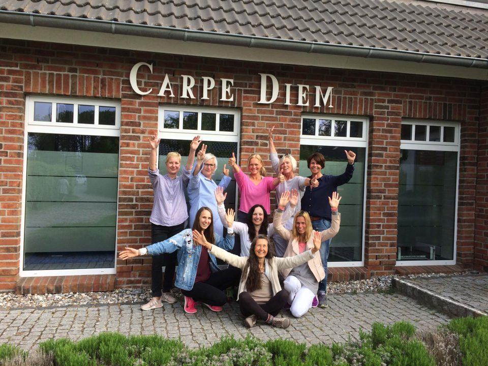 Gisela Wroblewski mit Fastengruppe im Hotelgarten von Carpe Diem in Prerow