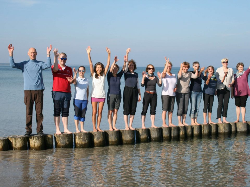Gisela Wroblewski mit der Frischkostwoche-Gruppe am Nordstrand auf dem Darß an der Ostsee