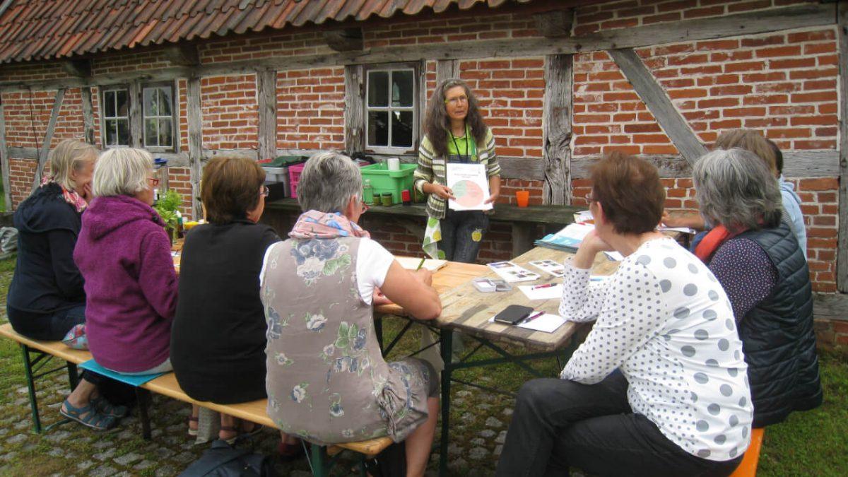 Im Kräuter-Workshop vermittelt Gisela Wroblewski Informationen zu heimischen Kräutern